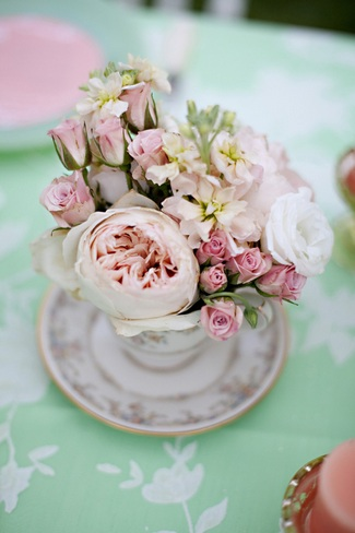 5 fab vintage wedding dcor style tips vintage wedding dcor idea mint green and peach wedding table flowers in tea cup junglespirit Image collections