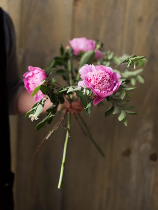 Step by step instructions - how to create a romantic, hand tied garden wedding bouquet.