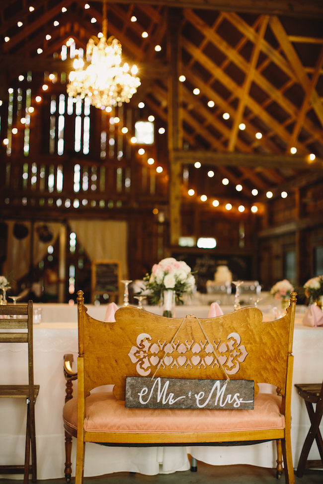 Mr and Mrs Loveseat Sign for a wedding sweetheart table Too cute! See more: https://confettidaydreams.com/mr-and-mrs-signs/ ‎ - Photo Jennifer van Elk Photography