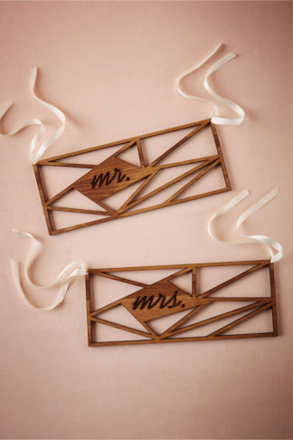 Mr and Mrs Signs for art deco wedding: See 20 more cute and creative ideas here: http://www.confettidaydreams.com/mr-and-mrs-signs/