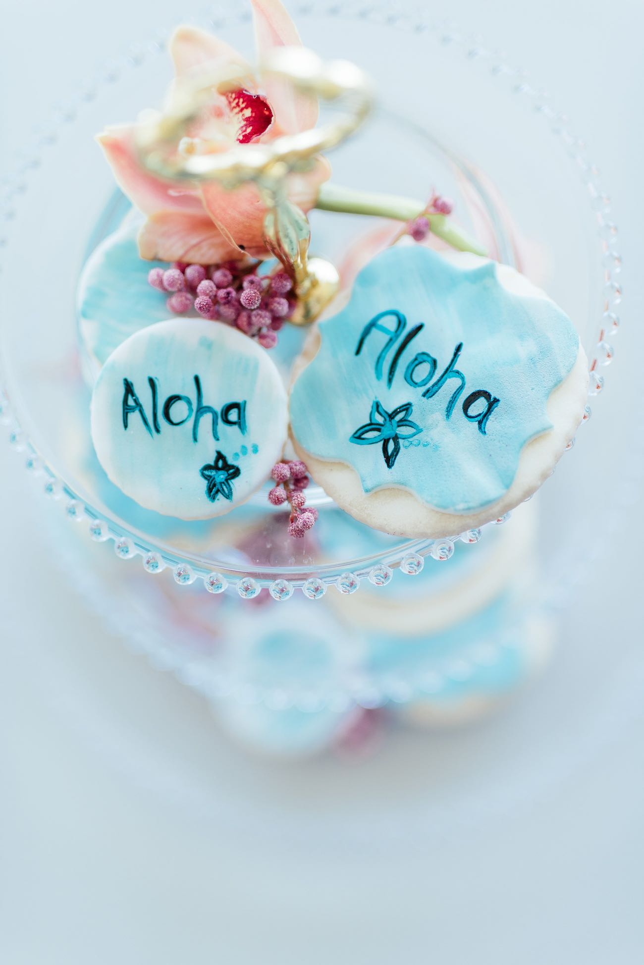 Aloha! Hand painted biscuit wedding favors for a pastel mint tropical wedding. Click for the most absolutely gorgeous Tropical Wedding ideas ever!